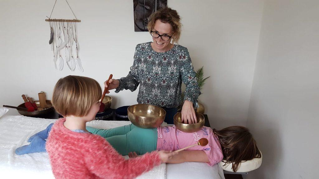 Deze afbeelding heeft een leeg alt-attribuut; de bestandsnaam is Klankschalenmassage-voor-kinderen-I-balansinjezelf.com-Arnhem-Velp-Renkum-I-klankmassage-kind-I-klankschaal-tot-rust-komen-kind-4-1-1024x576.jpg